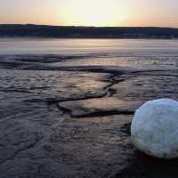 « Boule de neige dans la rivière Peticodiac », 2006, Beaumont, N.-B.