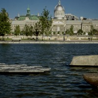 « L'île », 1993, granite, calcaire et grés, exposition « Ô, infinité des possibles » tenue à la Galerie Occurence, Montréal, Qc