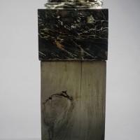 « Carburon », 1988, marbre noir et or de Belgique et bois de pin, collection privée, Caraquet, N.-B.