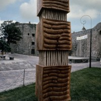 1984, « Totem les traces », orme et cordes de chanvre, collection, ville de Saint-Malo, France